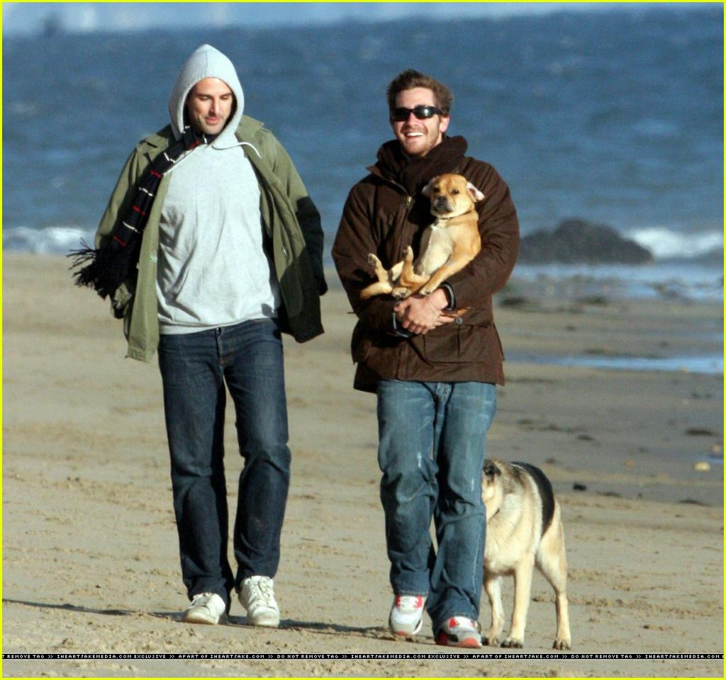 jake gyllenhaal beach02