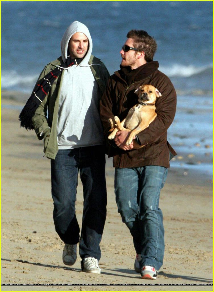 jake gyllenhaal beach03