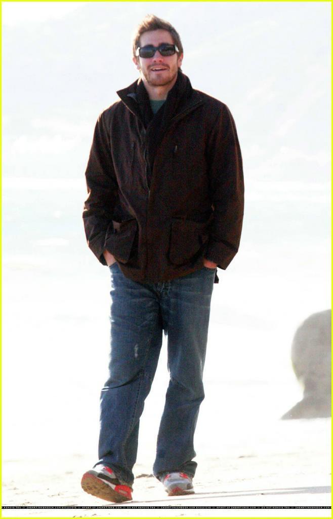 jake gyllenhaal beach2... Jake Gyllenhaal
