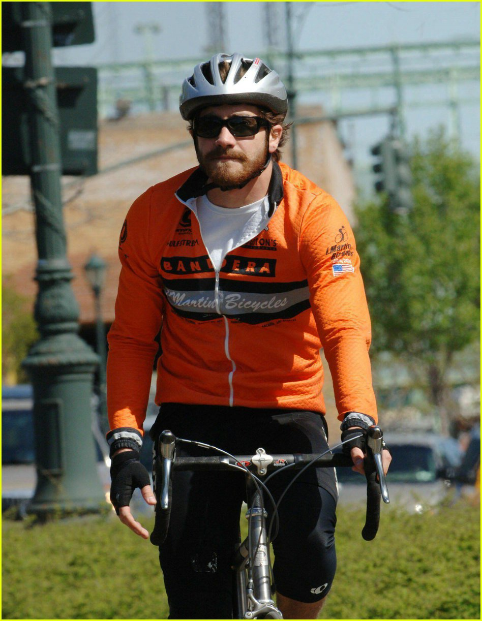 jake gyllenhaal riding bicycle01
