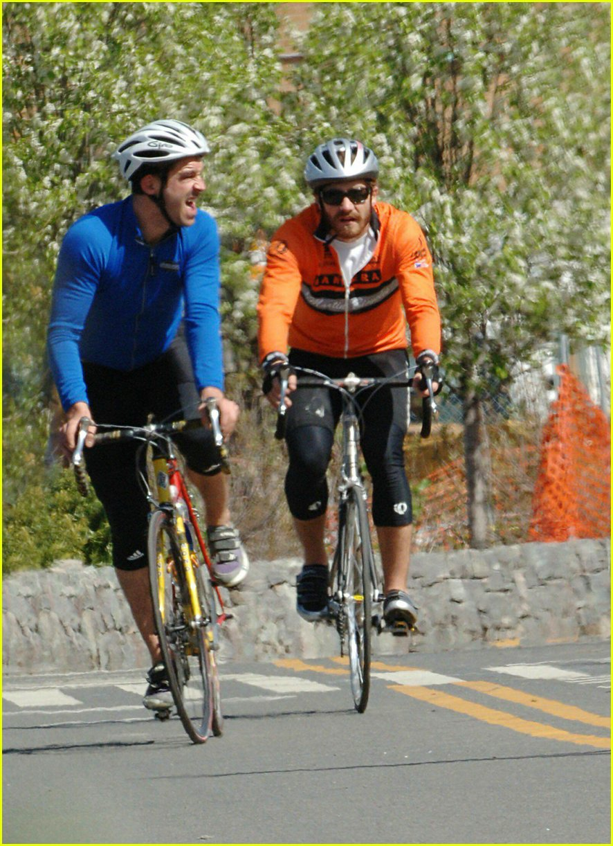 jake gyllenhaal riding bicycle03