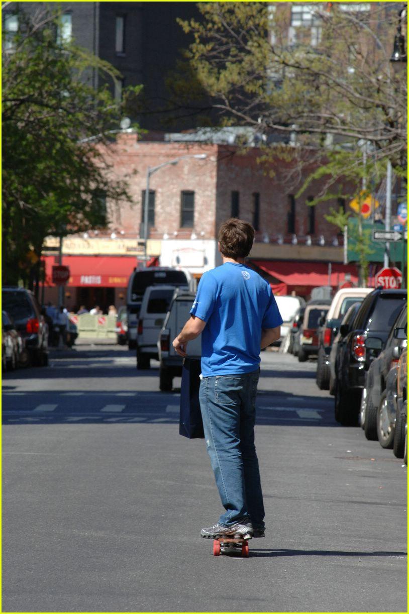jake gyllenhaal skateboarding01