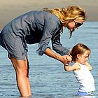 kate hudson beach 02