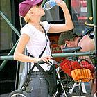 naomi watts liev schreiber bicycle14