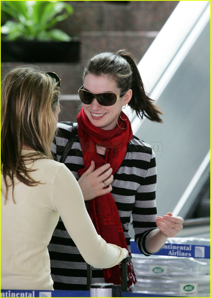 anne hathaway airport sunglasses 012415020