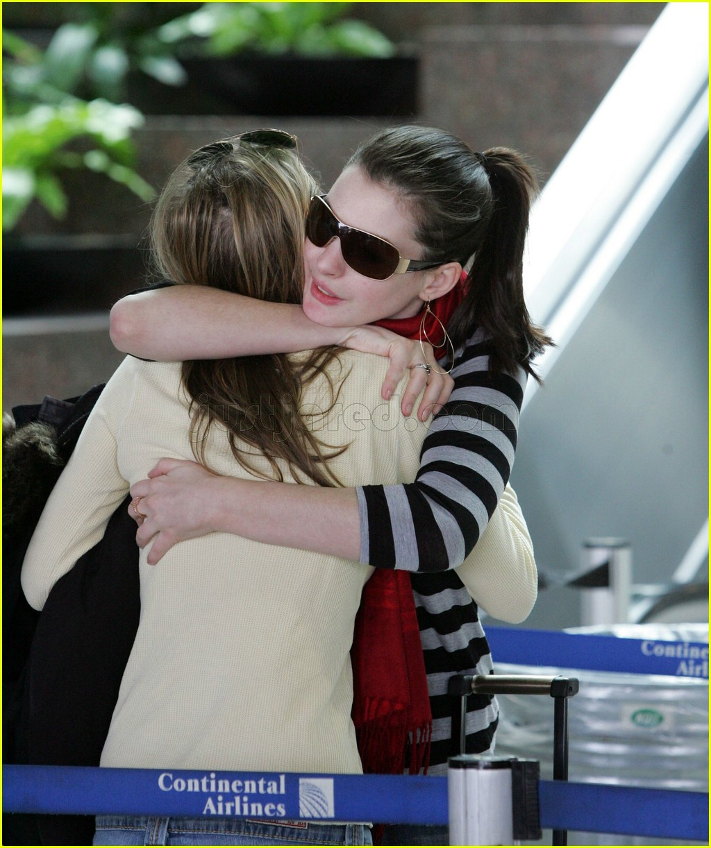 anne hathaway airport sunglasses 132415032