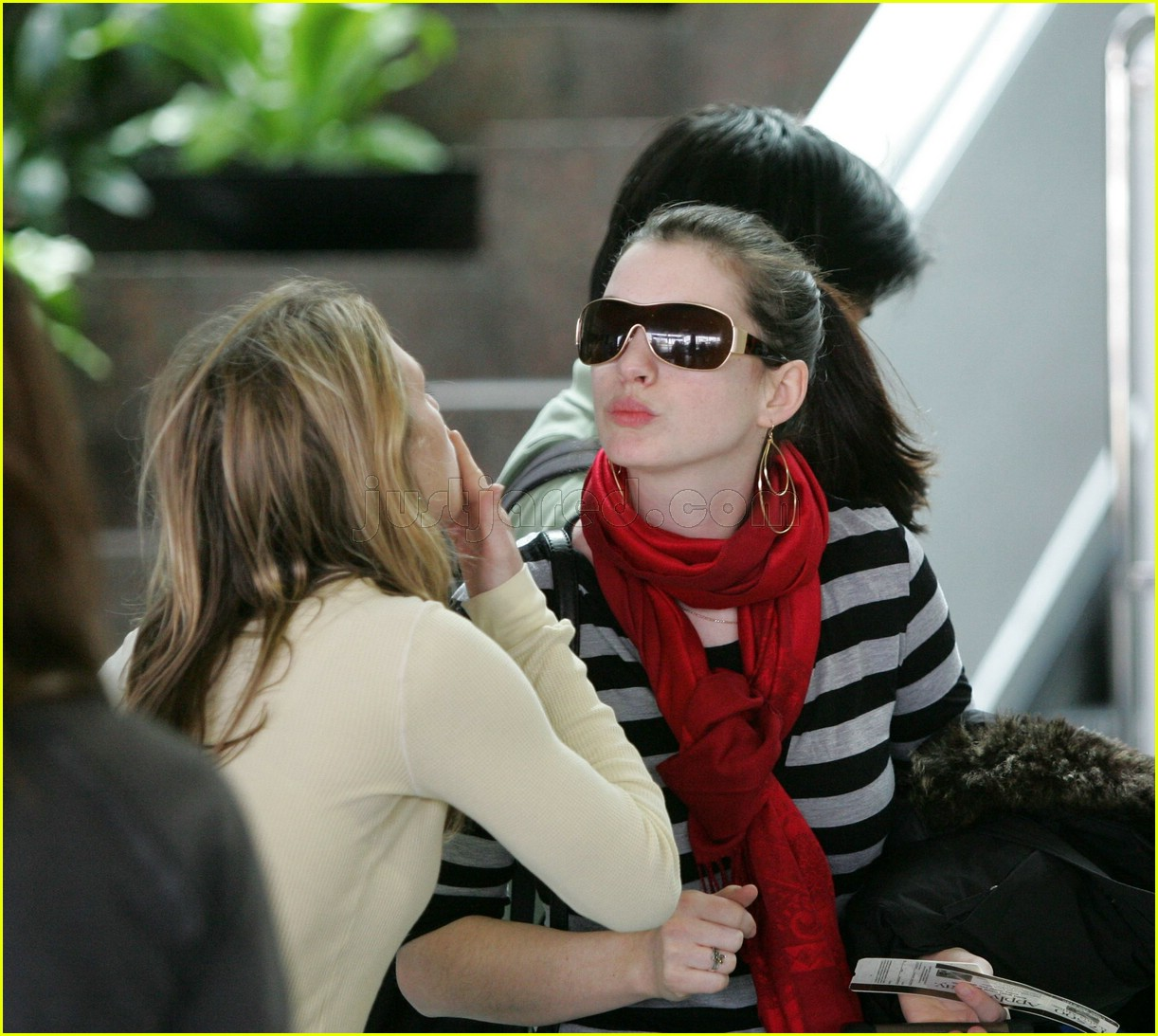 anne hathaway airport sunglasses 14