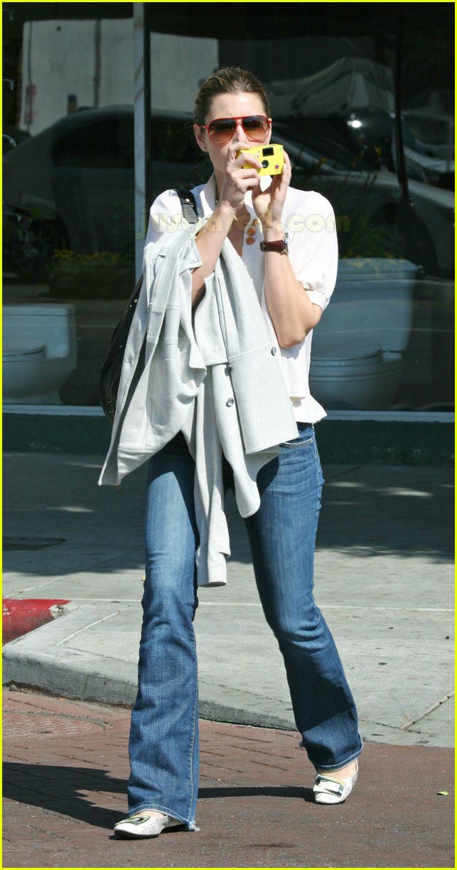 jessica biel taking pictures with camera 19