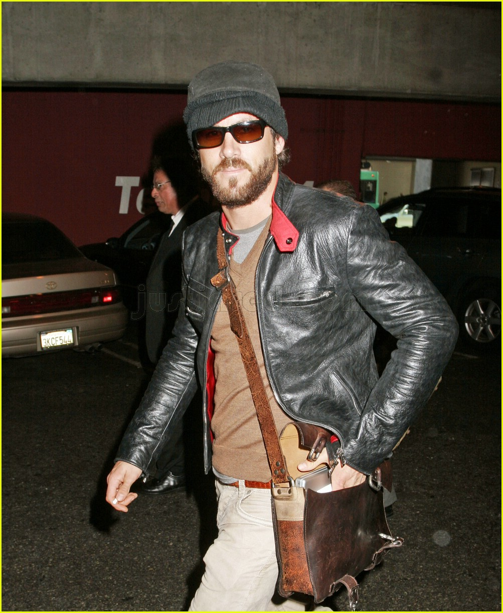 ryan reynolds airport 04