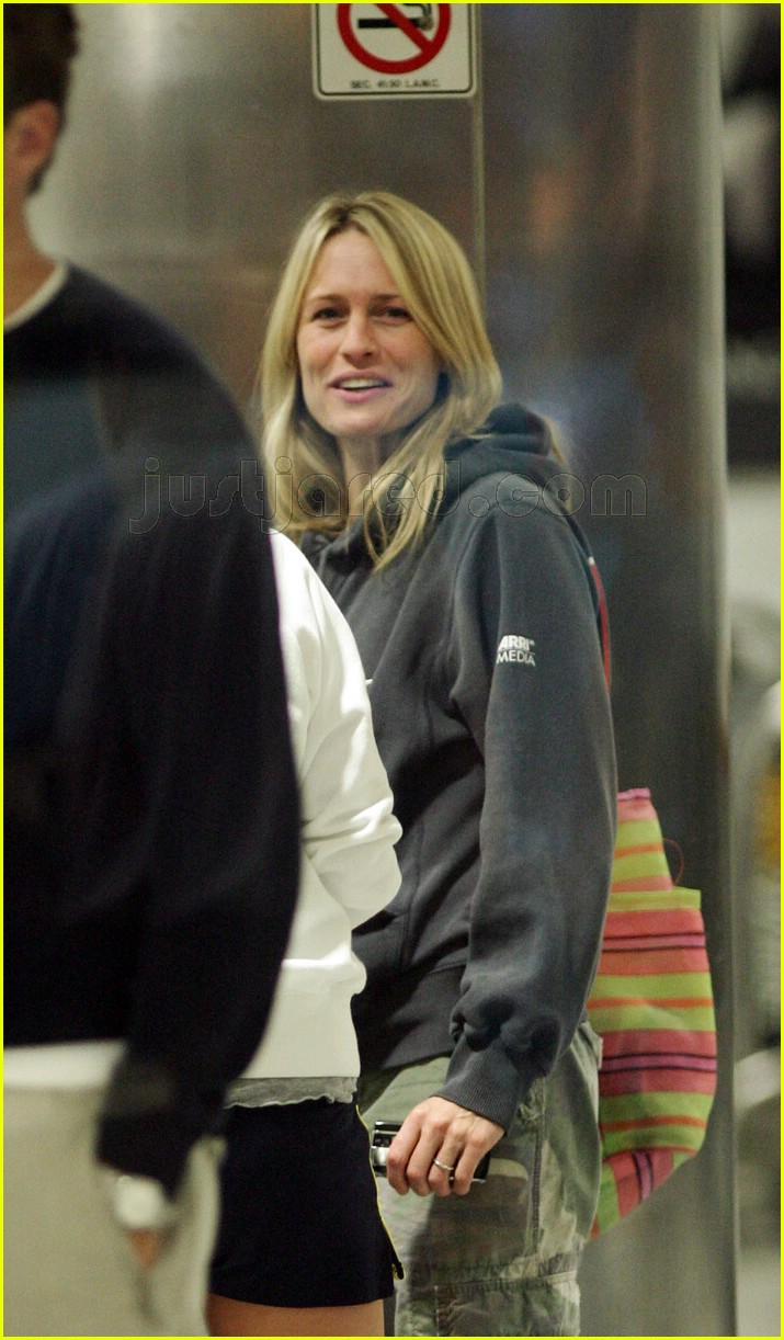 robin wright penn airport 02