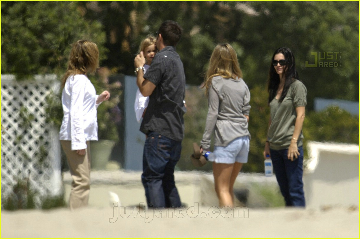 jennifer aniston memorial day 2007 04