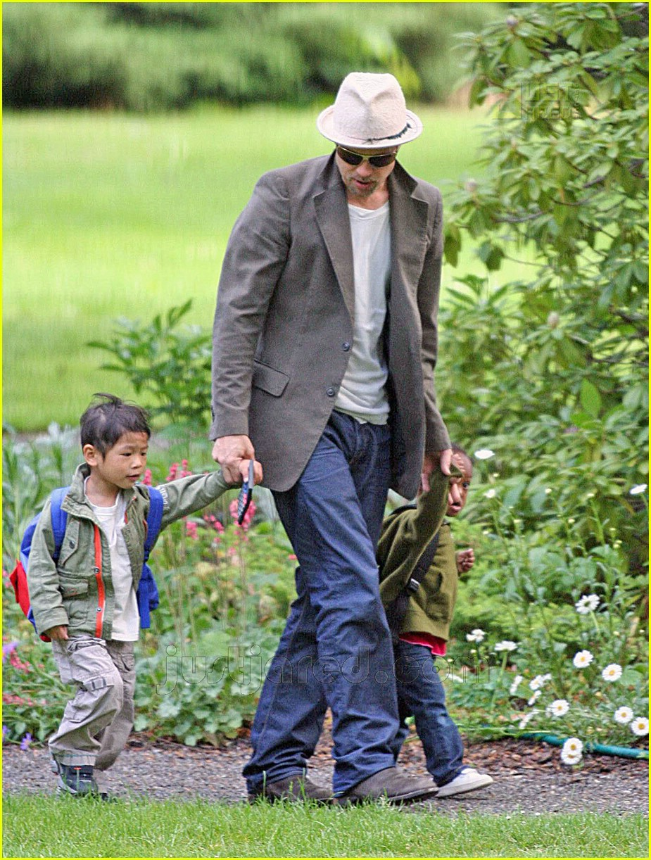 brad pitt dropping off kids 02