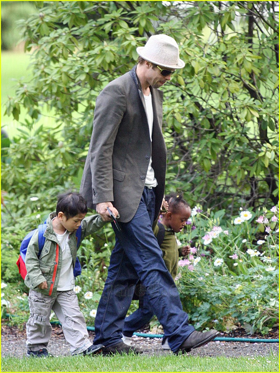 brad pitt dropping off kids 03