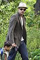 brad pitt dropping off kids 04