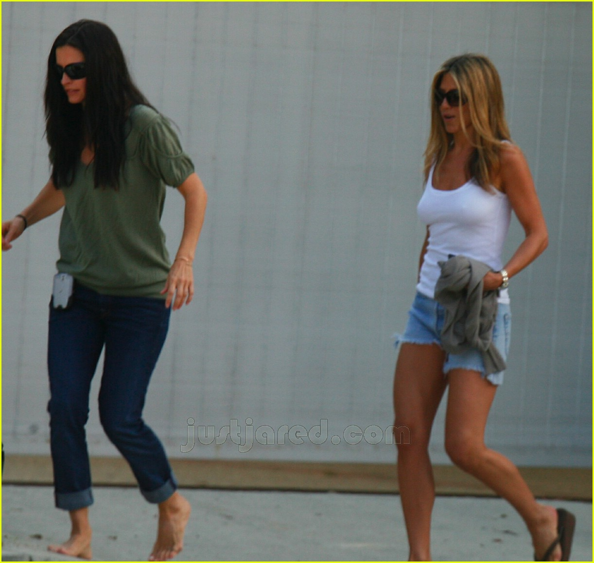 01 jennifer aniston memorial day 01197611