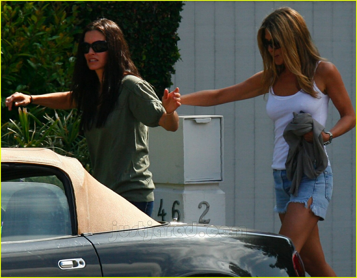 01 jennifer aniston memorial day 02