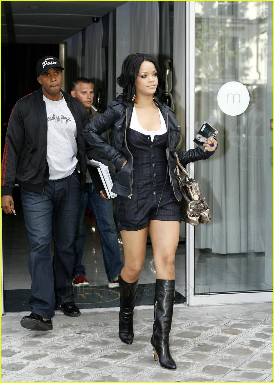 Full Sized Photo of ri... Rihanna's
