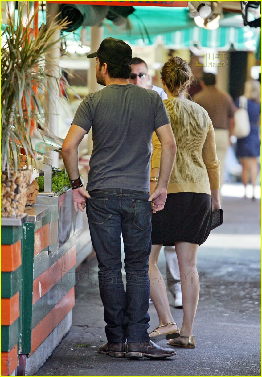 greg laswell mandy moore holding hands 11