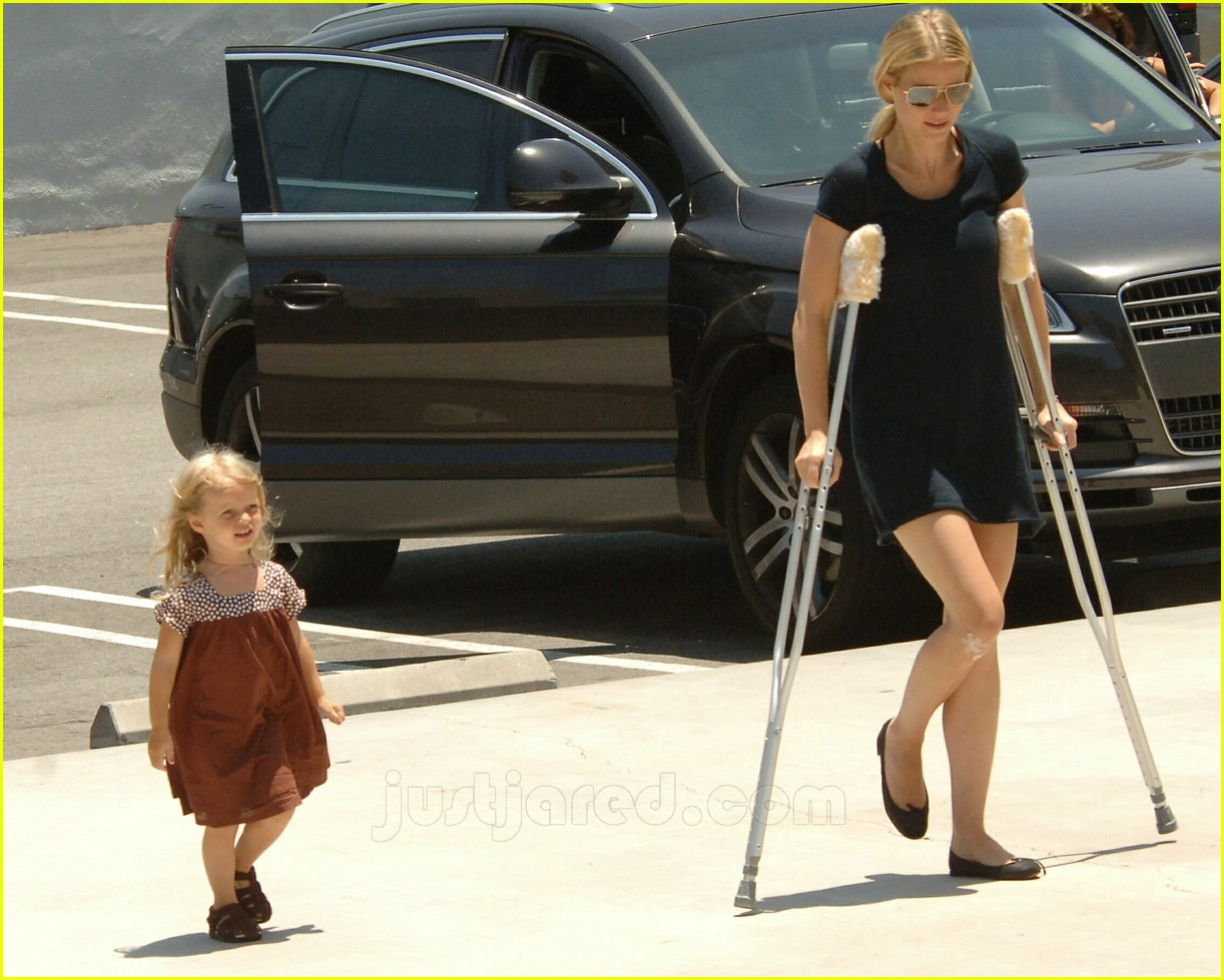 gwyneth paltrow crutches 01
