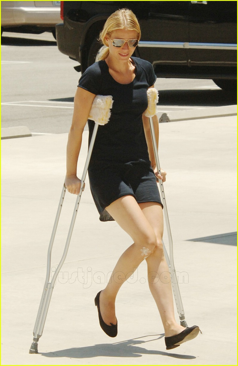 gwyneth paltrow crutches 02