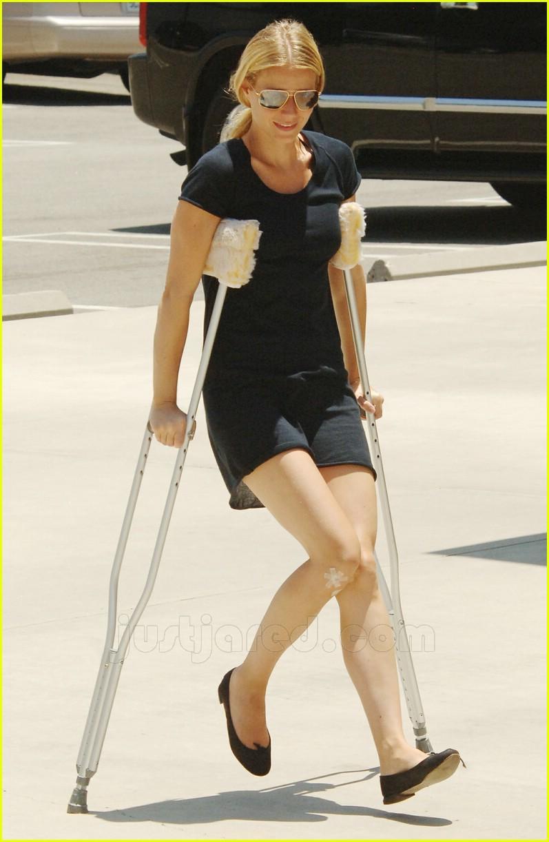 gwyneth paltrow crutches 02