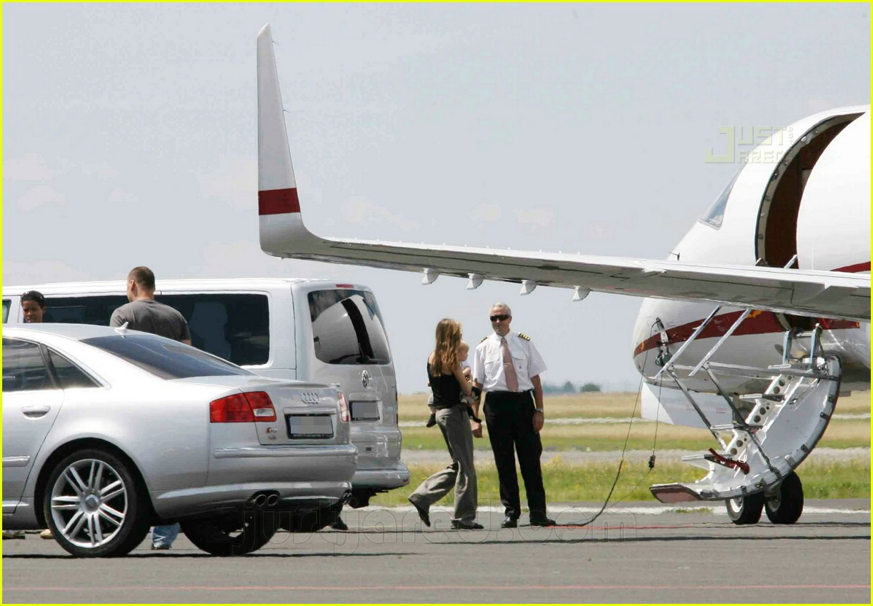 jolie pitts private jet 16