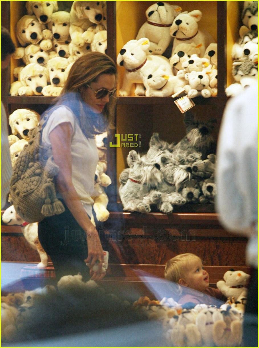 00 angelina shiloh toy shopping 03