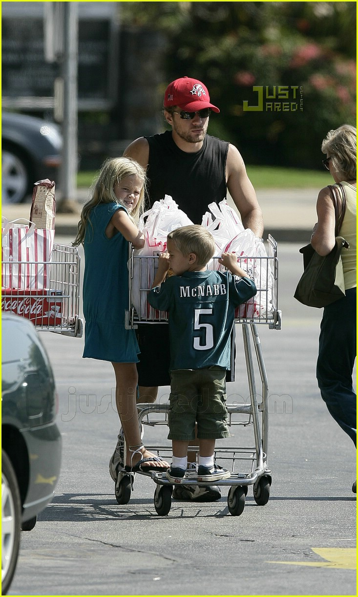 ryan phillippe kids grocery shopping 01
