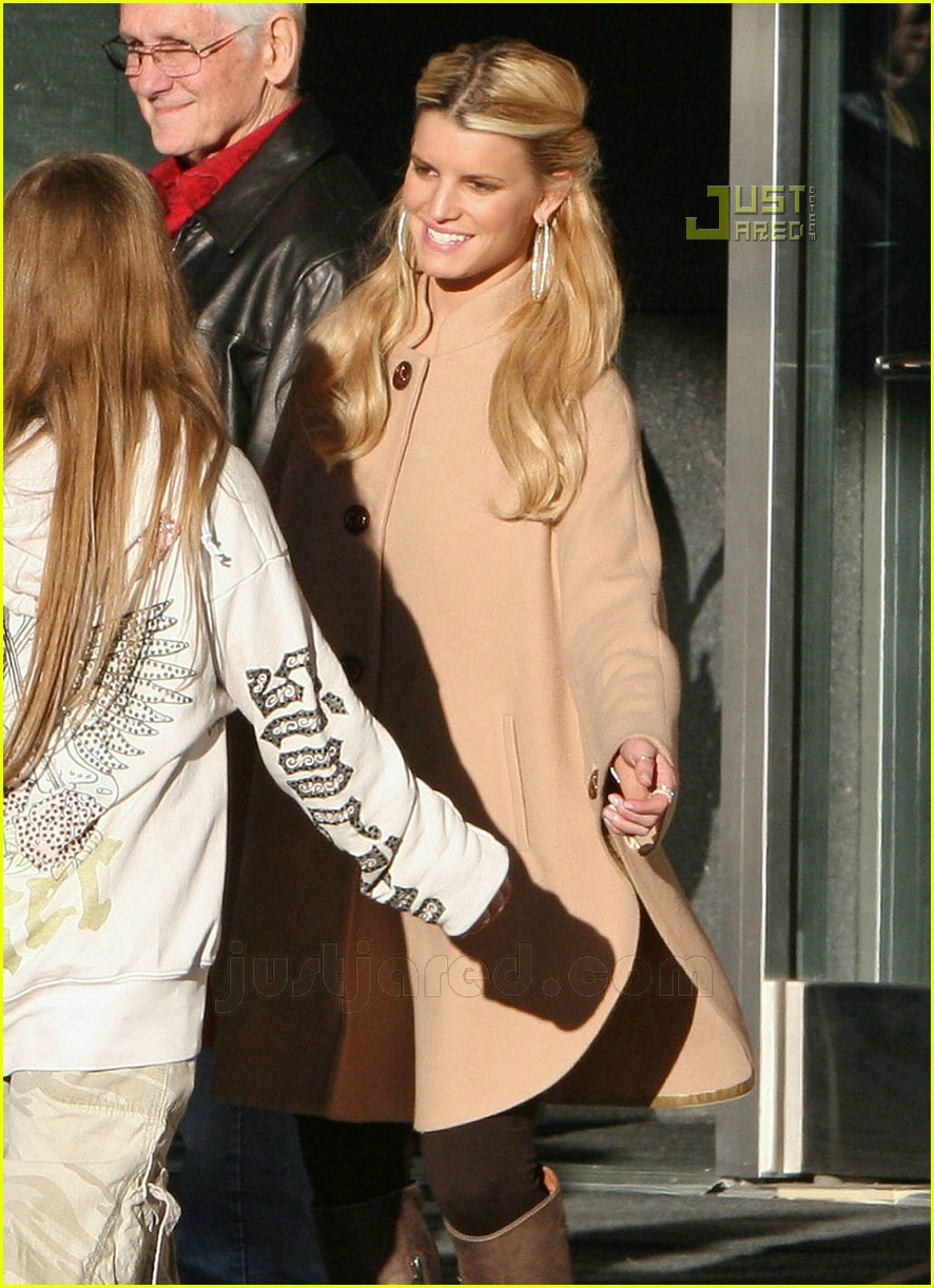 jessica simpson laying low 24812751