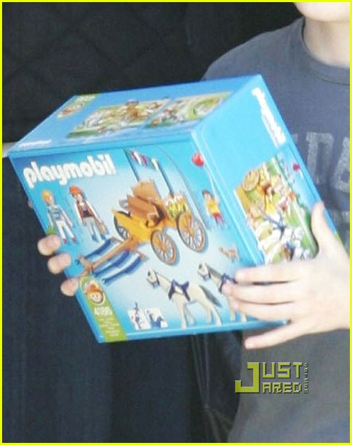 calista flockhart toy store 03