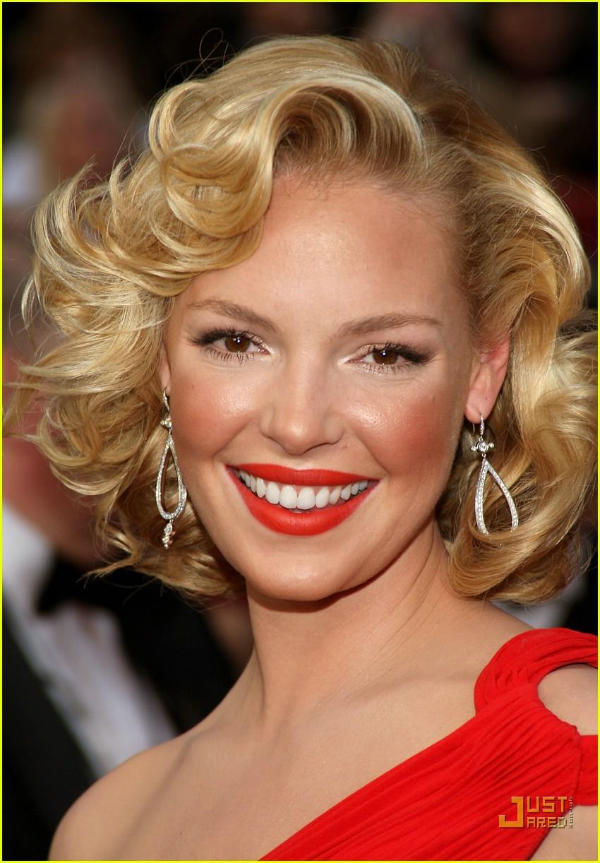 Прическа для блондинки в красном платье
