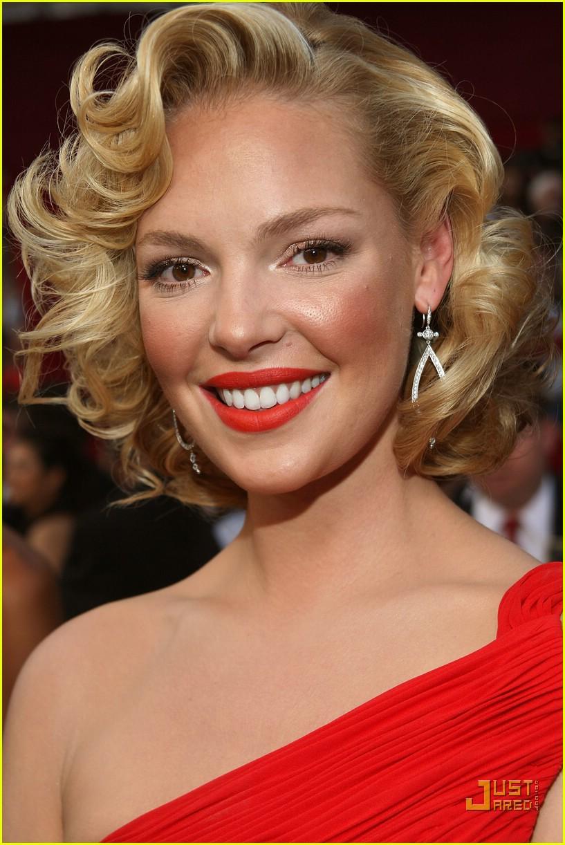 Прическа под красное платье для блондинок фото