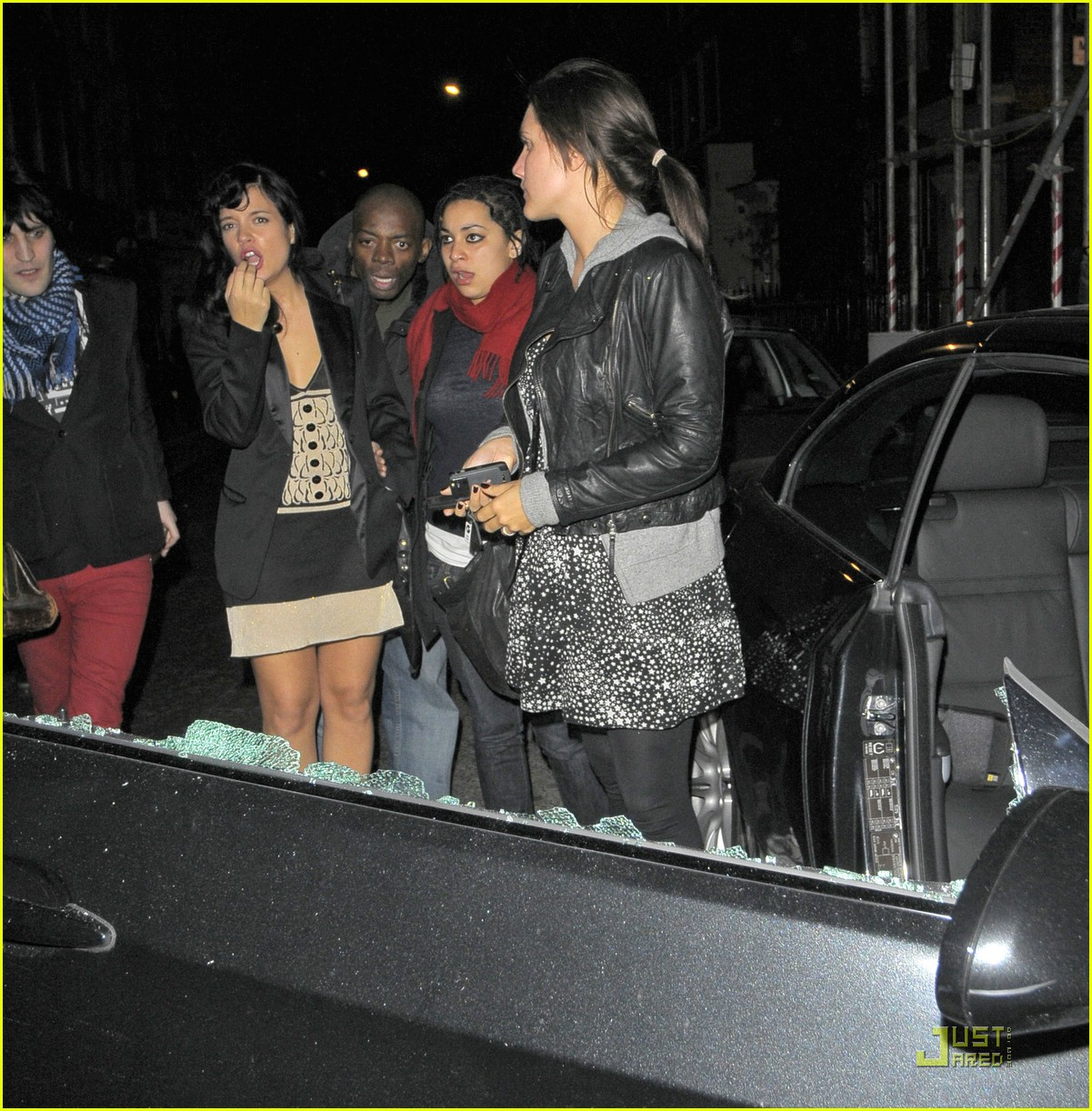 paparazzi break lily allen car window 02