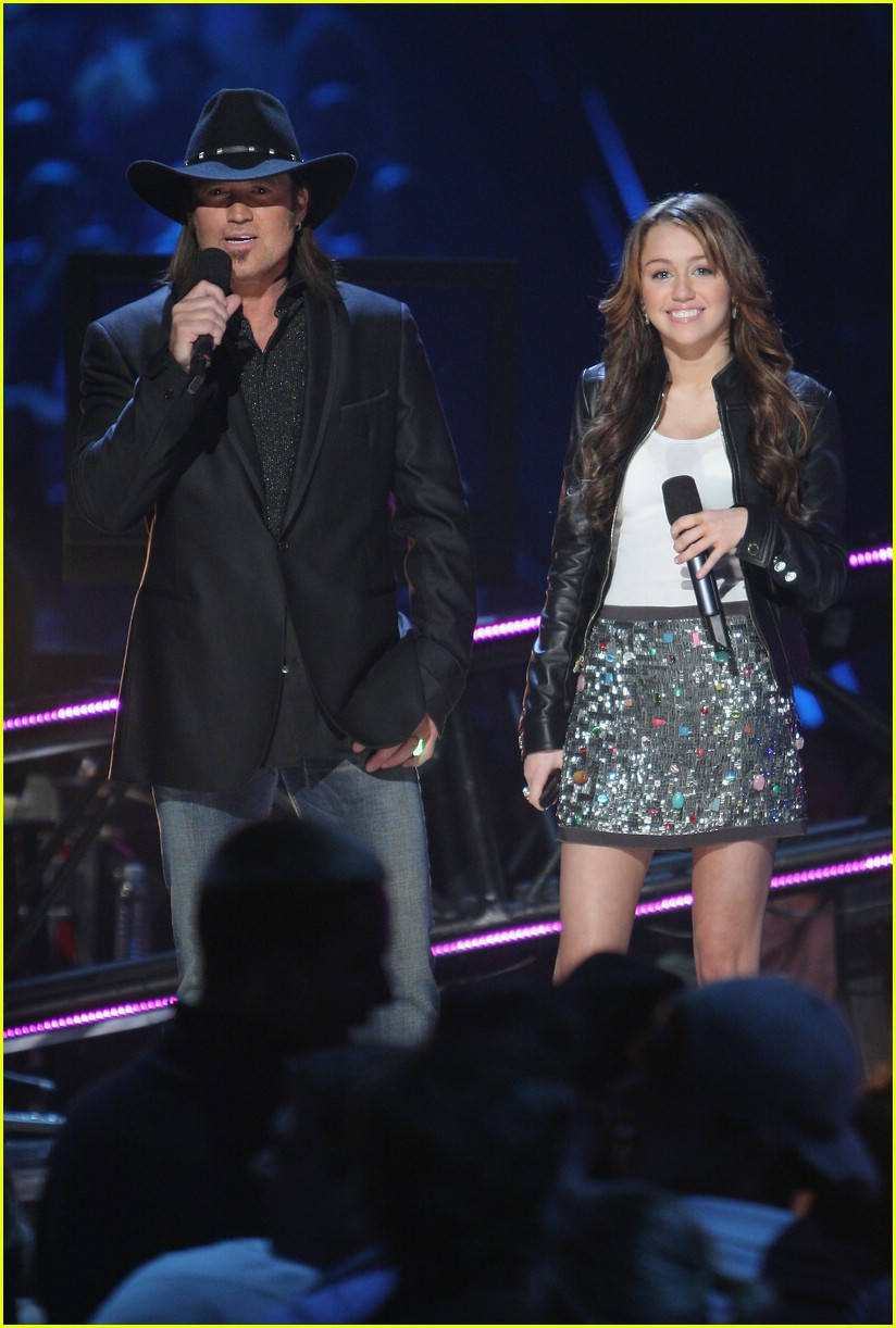 miley cyrus cmt performance 2008 23