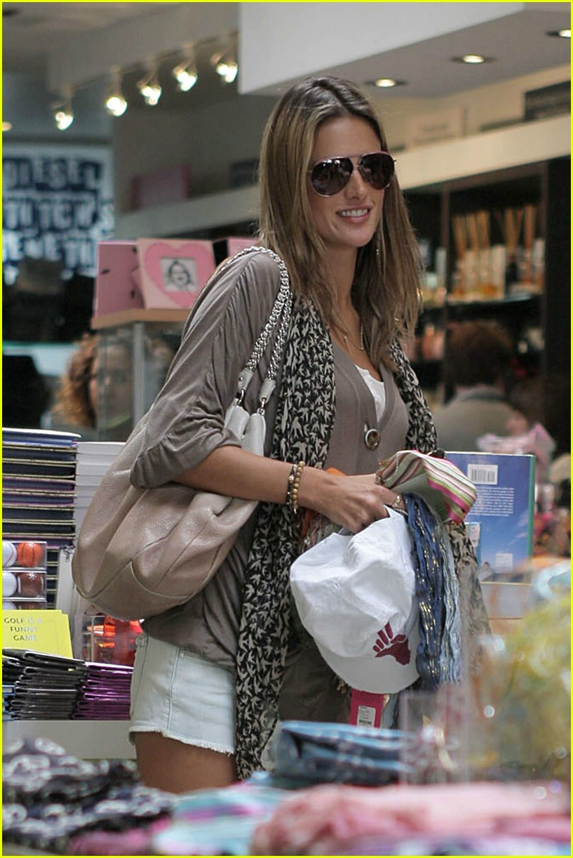 alessandra ambrosio smiley face 01