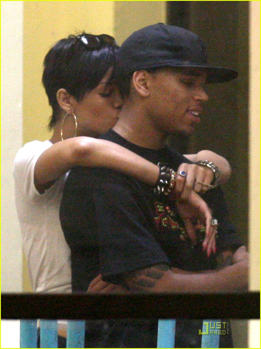rihanna chris brown kfc kiss 01