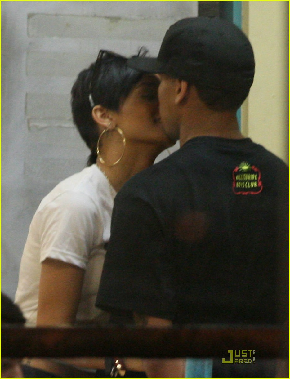rihanna chris brown kfc kiss 02