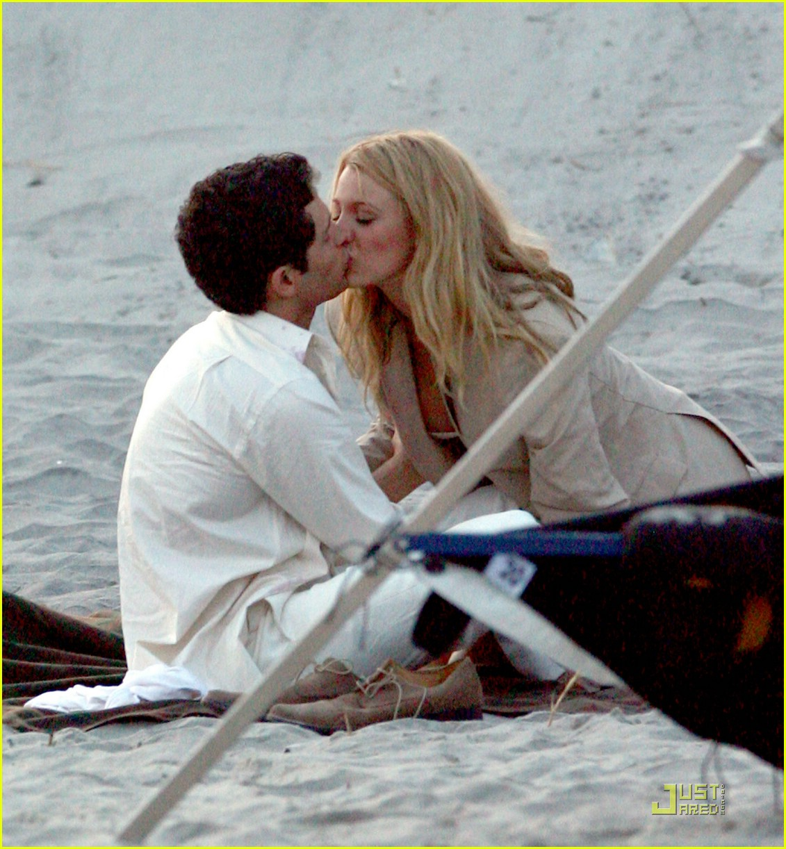 blake lively penn badgley beach kiss 02
