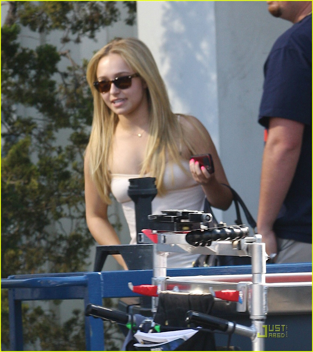 hayden panettiere hot pink fingernails 05