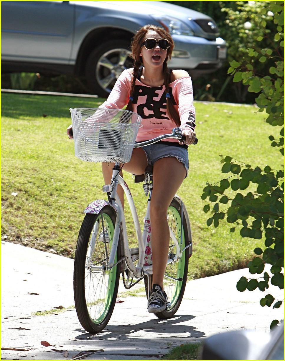 miley cyrus likes bikes 011348931
