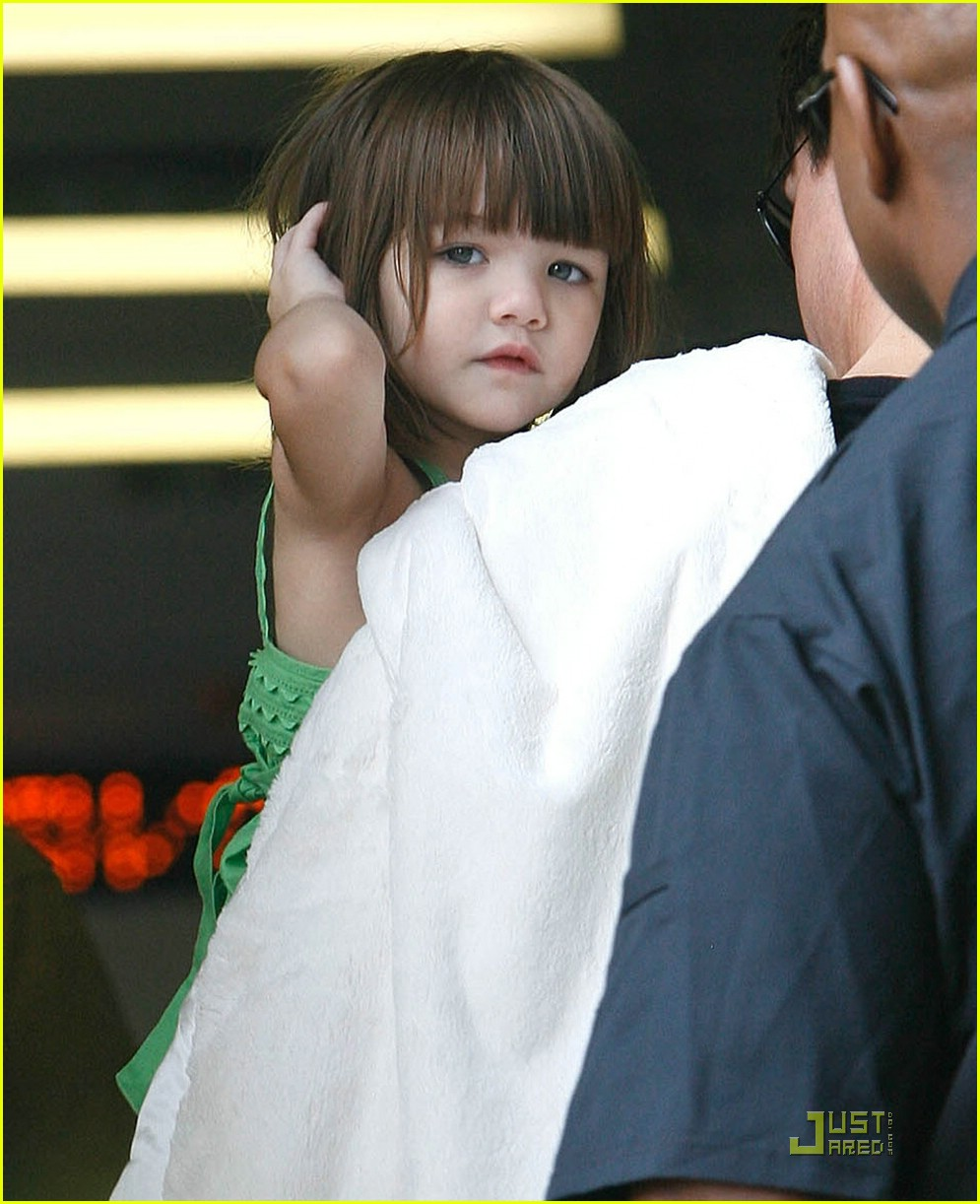 suri cruise covering ears 03