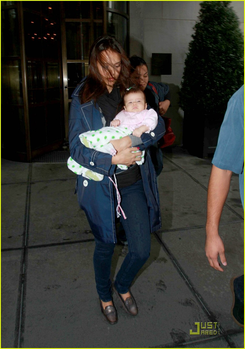jessica alba shows off baby honor 061410151