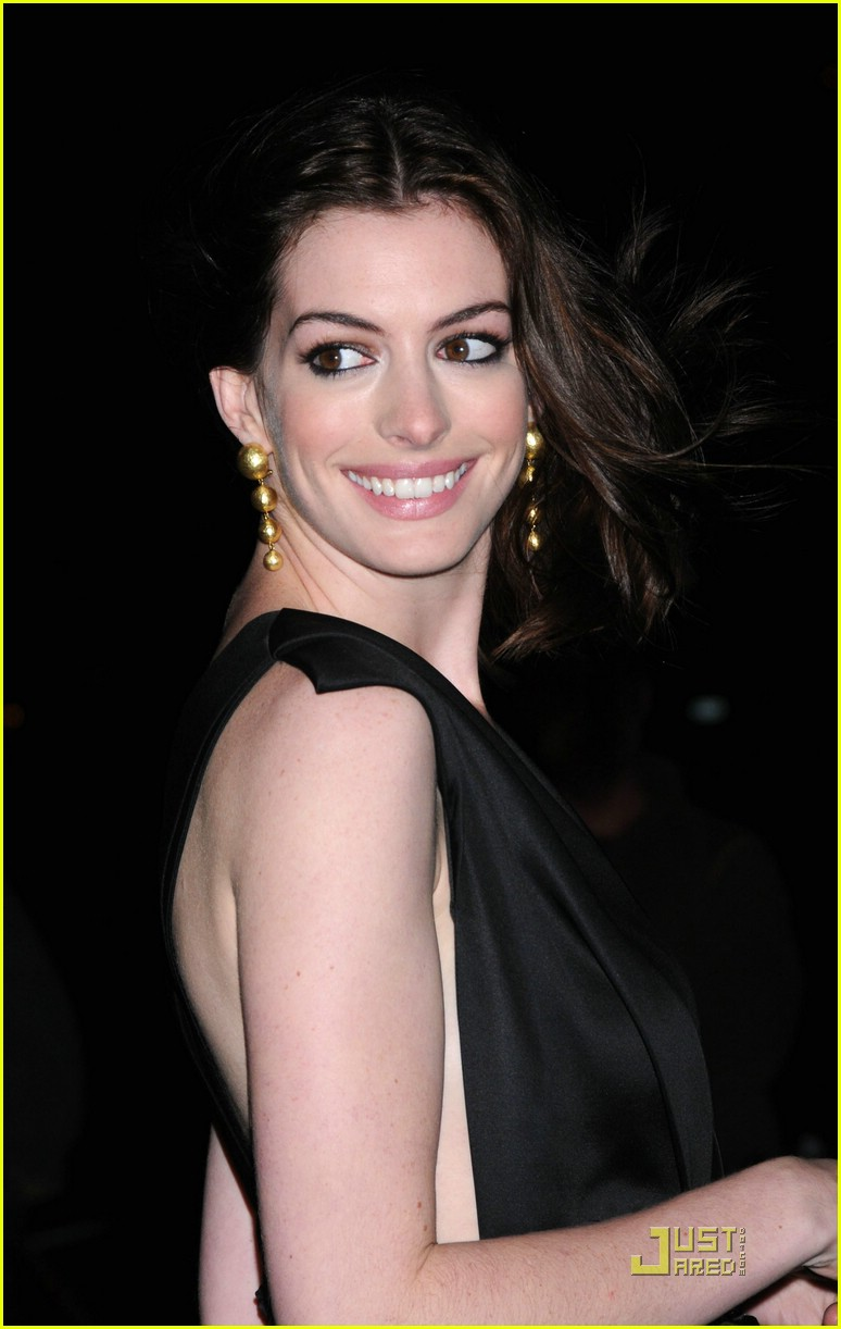 anne hathaway getting married 27