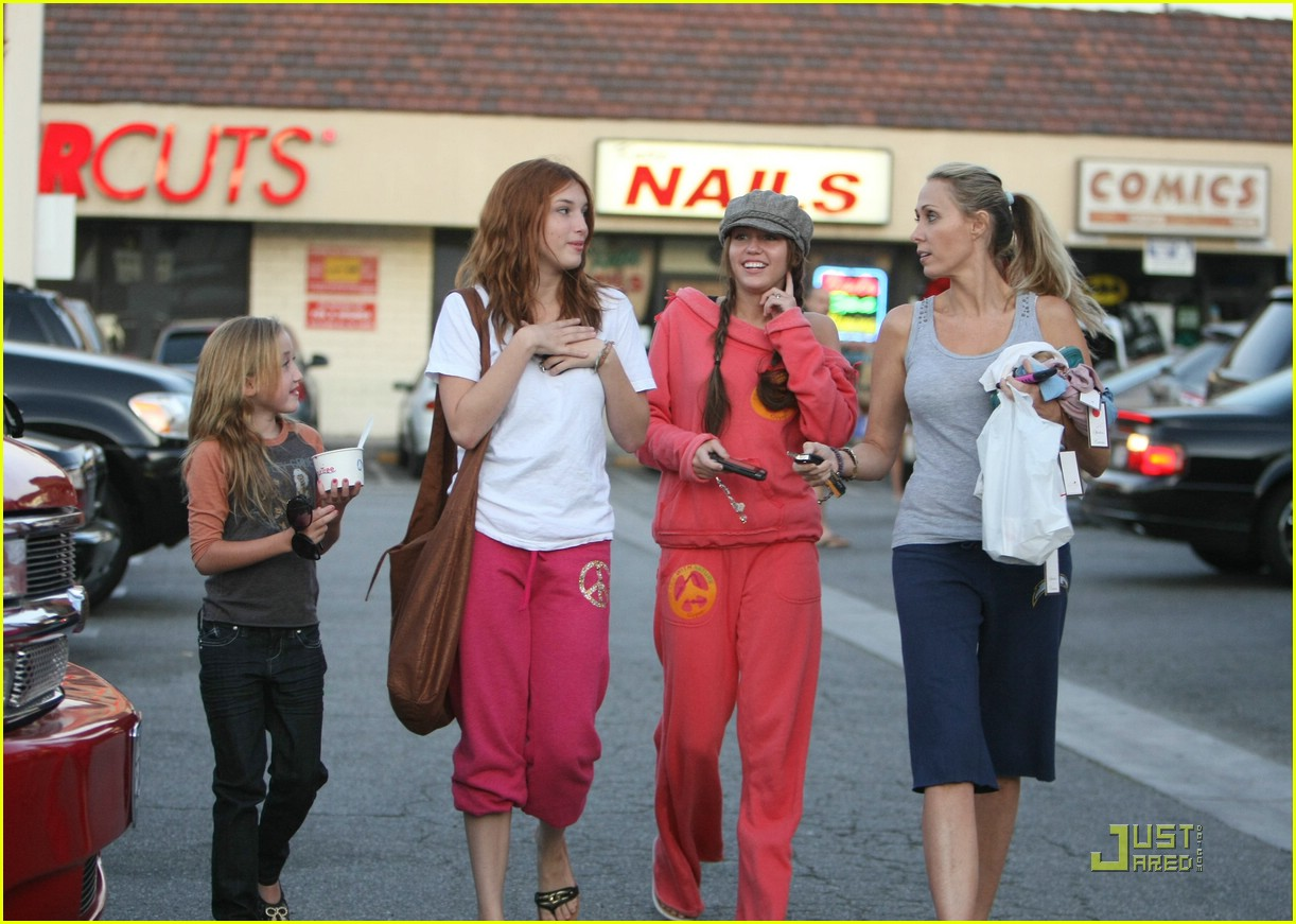 miley cyrus frozen yogurt 02