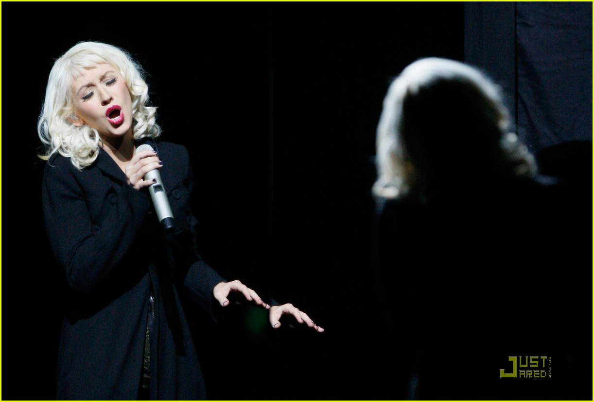 christina aguilera performs 2008 american music awards09