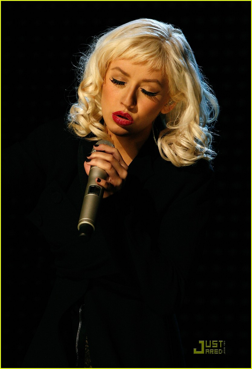 christina aguilera performs 2008 american music awards19