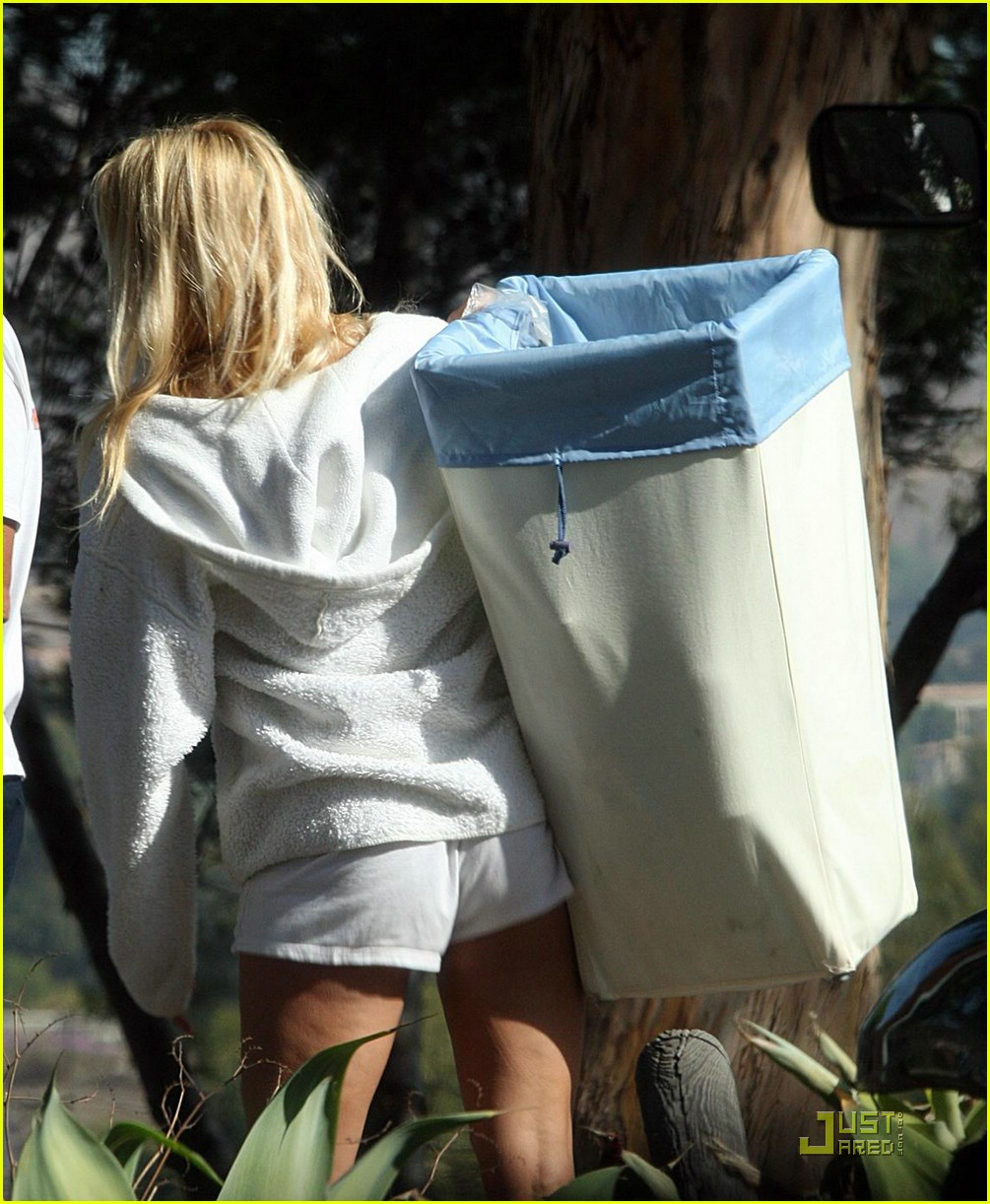 pamela anderson laundry lazy 011558681