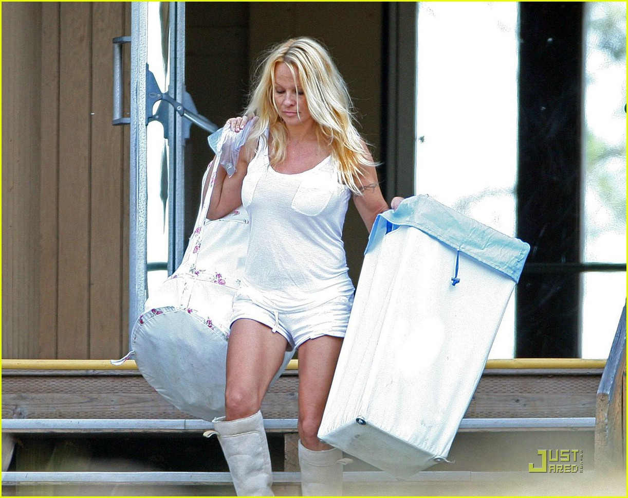 pamela anderson laundry lazy 03