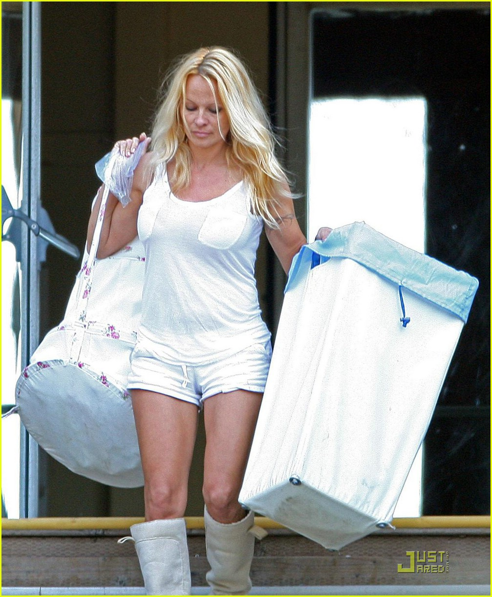 pamela anderson laundry lazy 07