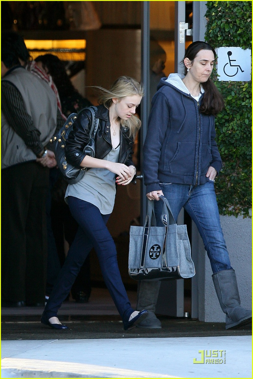 dakota fanning marc jacobs shopping 03
